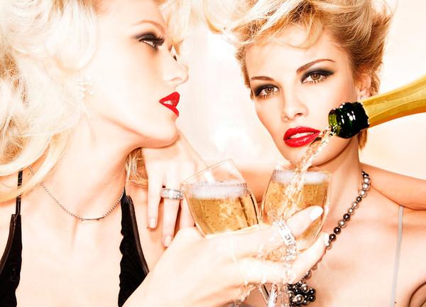 Наполним винные бокалы нашими душами, чтобы наши богини опьянели от нашей любви.