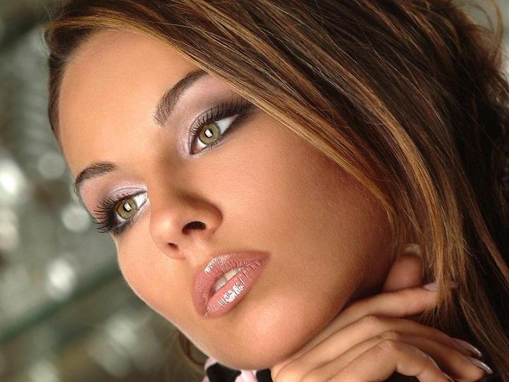 Женщину украшает скромность, а еще лучше - косметика.