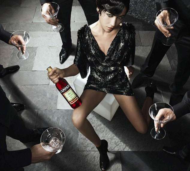 Если женщина приносит с собою бутылку, она не только красавица, но еще и человек !