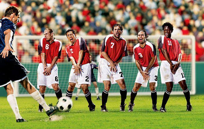 Игроки стоят в стенке, держатся... известно, за что...